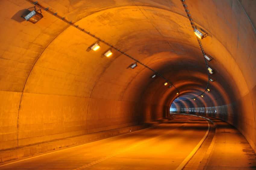 トンネルの照明がオレンジ色の理由に関する雑学