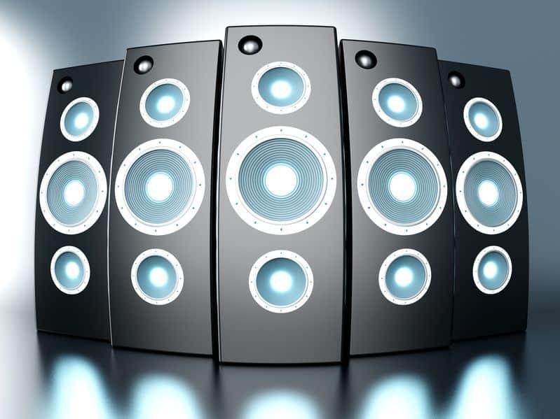 音響設備が整っている場合はコンセントの穴を正しく使え!