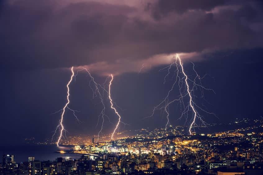落雷が近いか遠いかは、光と音で判断できる!に関する雑学