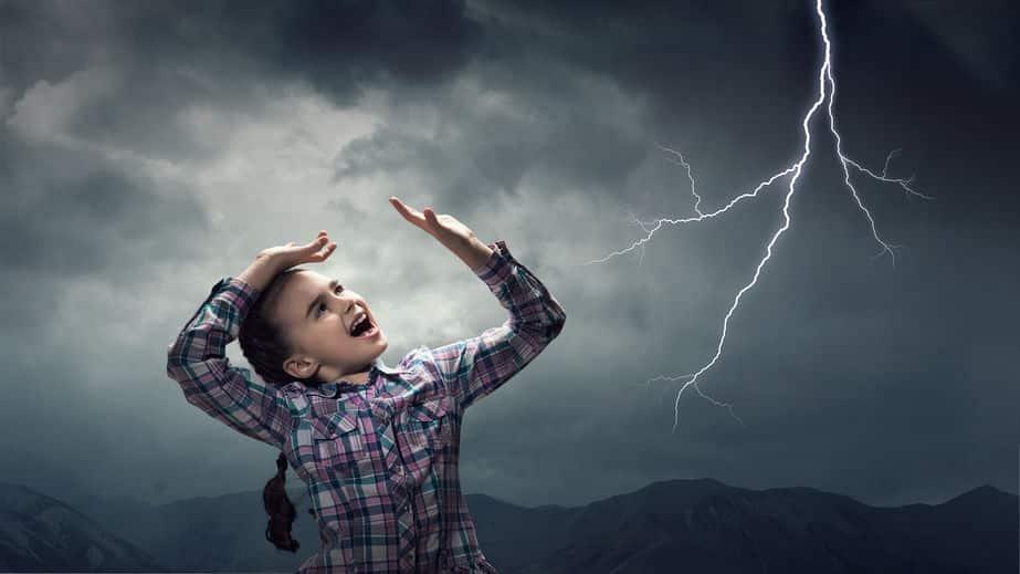 雷が鳴ってお腹を隠す理由に関する雑学