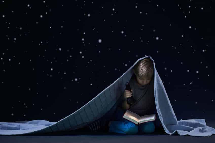 暗い中でテレビや本を見ても目は悪くならないという雑学