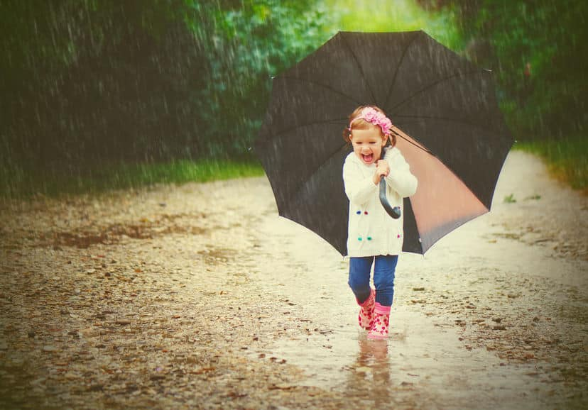 雨をはじかなくなった傘はドライヤーの温風を当てると元に戻るという雑学