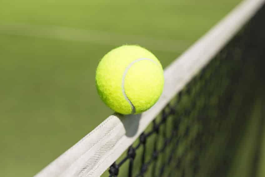 テニスで試合中にネットに触れると相手の得点になるという雑学