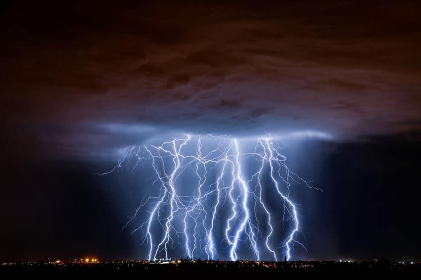 雷は雲の中に溜まった静電気がまとめて放電されたものというトリビア