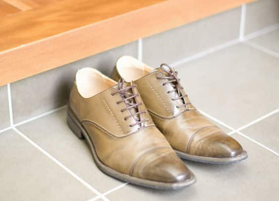 玄関で靴のつま先を外に向けて揃える習慣は、武士たちの名残という雑学
