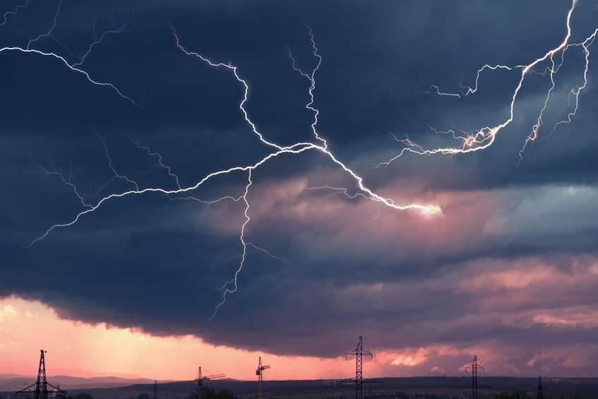落雷が近いか遠いかは、光と音で判断できるぞ!というトリビアまとめ