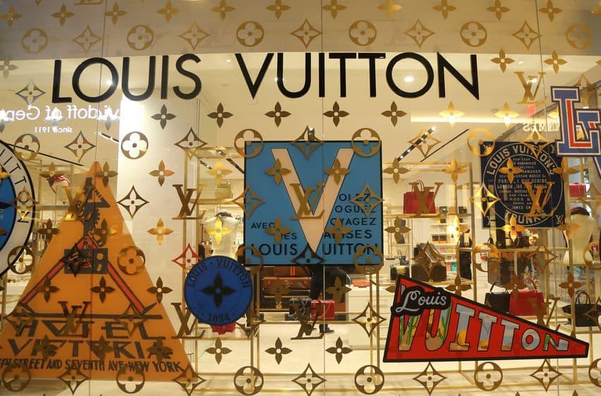 ルイ・ヴィトンのロゴは、家紋をモチーフに作られたというトリビア
