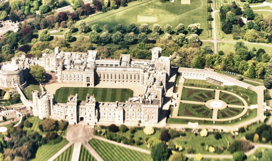 現在も王族が住んでいる城で、世界最古かつ最大規模なのは、ウィンザー城というトリビア