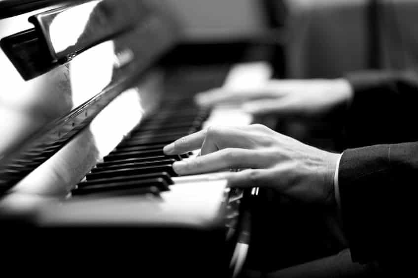 ベートーベンは骨の振動を通せば聴こえるので、自分が弾くピアノはちゃんと聞こえていたというトリビア