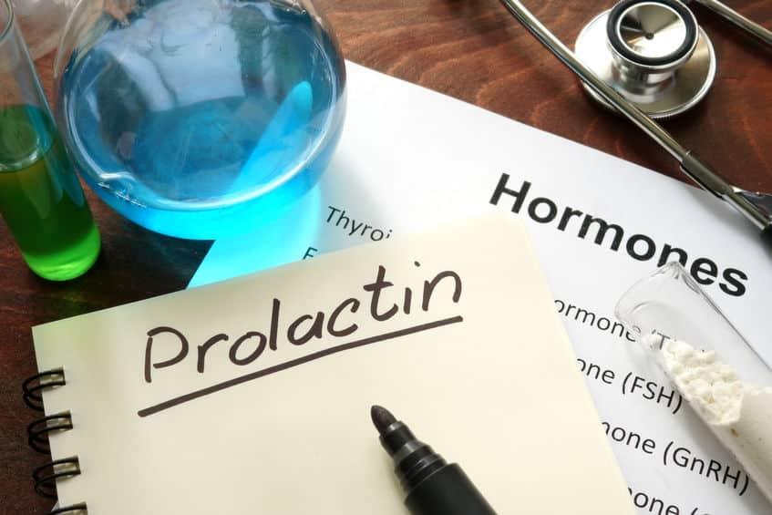 男性でも母乳が出ることがあるのは、とあるホルモンの分泌が関係しているというトリビア