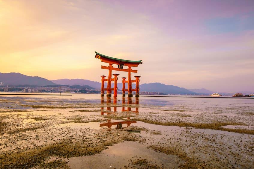 厳島神社の鳥居は海に浸かっていない時間があるという雑学
