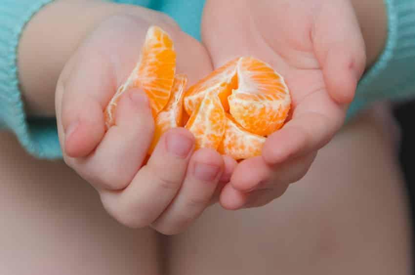 みかんを食べ過ぎると手が黄色くなるという雑学