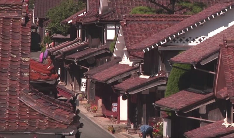 岡山県には赤色で統一された「吹屋ふるさと村」があるという雑学