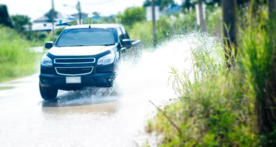 水はね/泥はね運転をすると罰金!損害賠償請求も実は可能ですという雑学まとめ