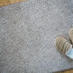 カーペットの汚れは「塩」をまいて「掃除機」で吸い取るとキレイになるという雑学
