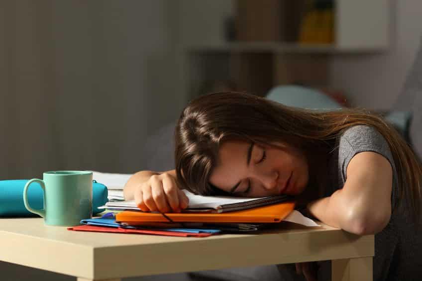 脳が混乱!寝ているときにビクッとなる理由は?【ジャーキング】についての雑学まとめ