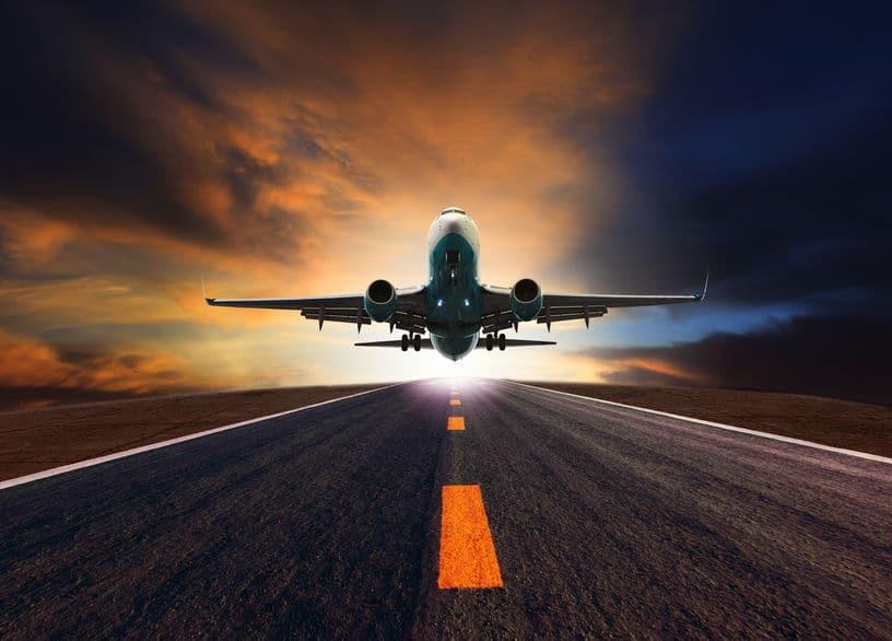 飛行機の滑走路はまっ平らではないというトリビア