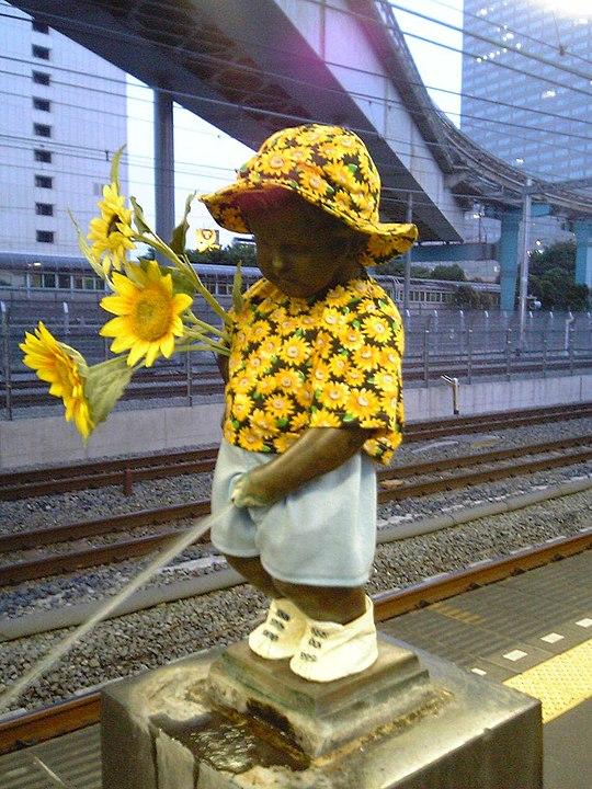 浜松町駅のホームにはおしゃれな小便小僧がいる、という雑学
