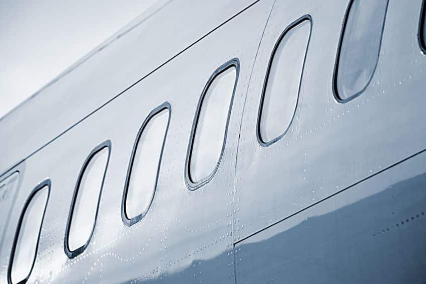 飛行機の窓が丸くて小さな理由についてのトリビア