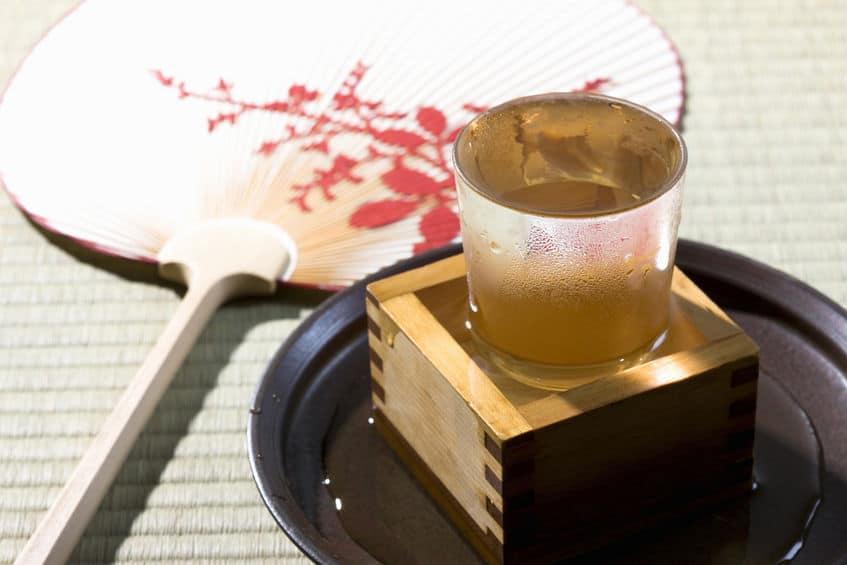 日本酒を溢れさせるのはお店の「おもてなし」の心意気というトリビア