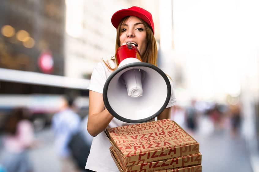 ピザ容器は水で湿らせるととても小さくなる