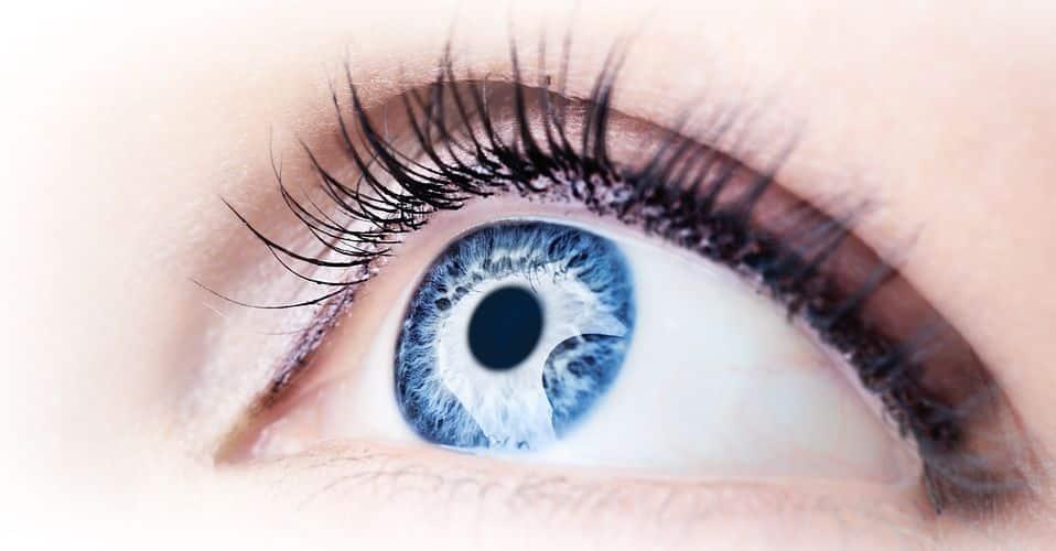 """遺伝子が原因?青い瞳を持つ人は""""アルコール依存症""""になりやすいという雑学まとめ"""