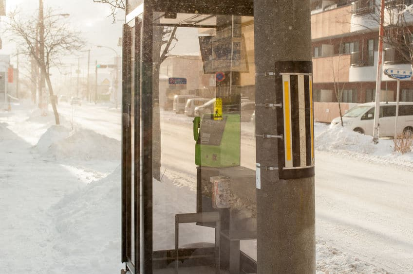 公衆電話に鏡が付いているのはなぜ?というトリビア