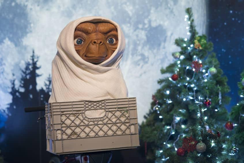 """ポスター限定!映画""""E.T.""""の本編には指同士が触れ合うシーンはない【動画あり】についての雑学まとめ"""