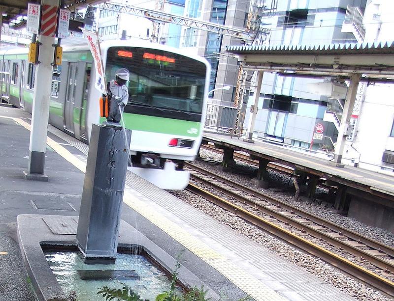 浜松町駅にはオシャレな小便小僧がいる。毎月着替える。という雑学まとめ