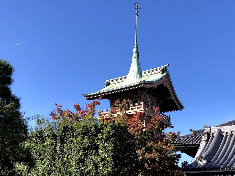 銅閣寺の様子をアップで撮影