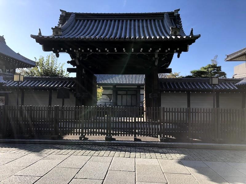 銅閣寺の正門が閉まっている…