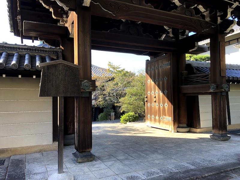 銅閣寺の正門の中