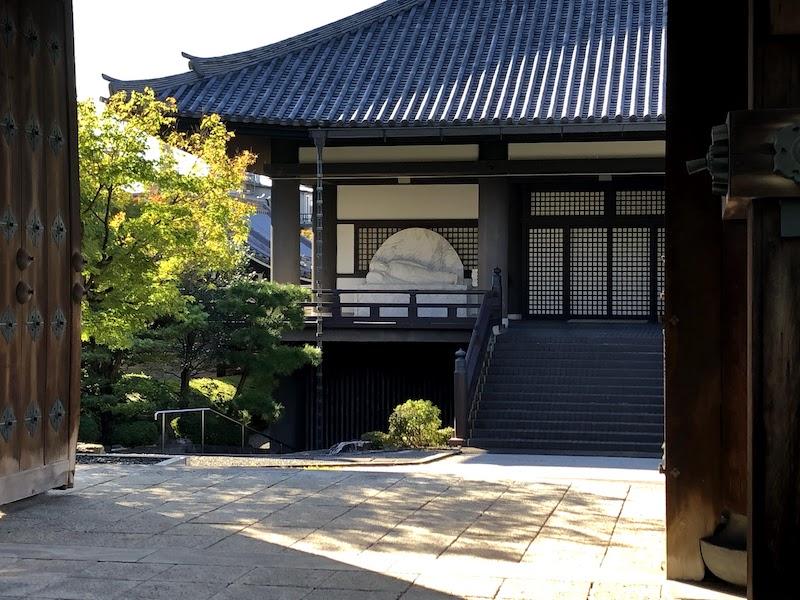 銅閣寺の正門から見える大仏