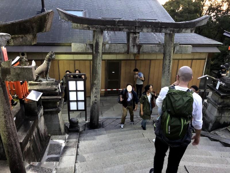伏見稲荷大社の千本鳥居の山頂に到着した観光客たち