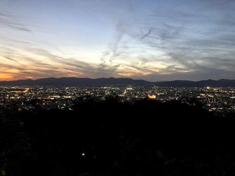 伏見稲荷大社の千本鳥居から京都の夜景