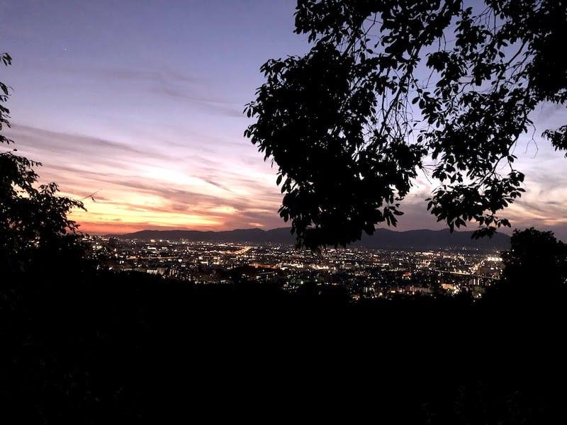 伏見稲荷大社の千本鳥居から京都の夜景を撮影