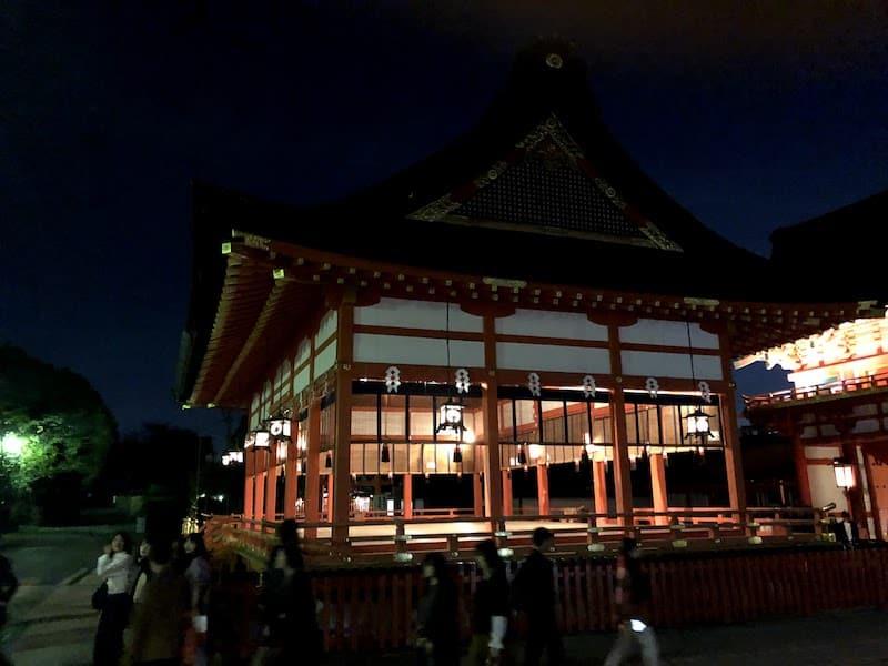 ライトアップされた伏見稲荷大社の「外拝殿」