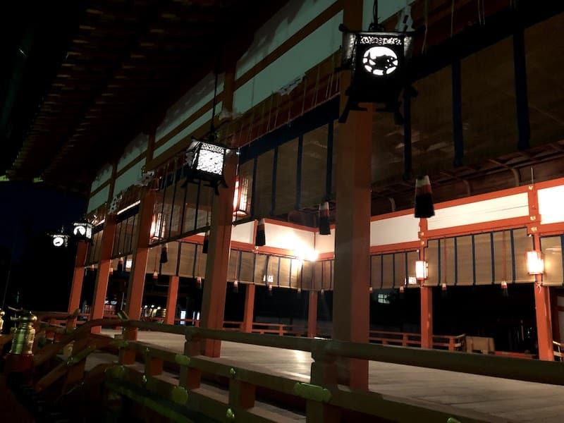 ライトアップされた伏見稲荷大社の「外拝殿」の様子