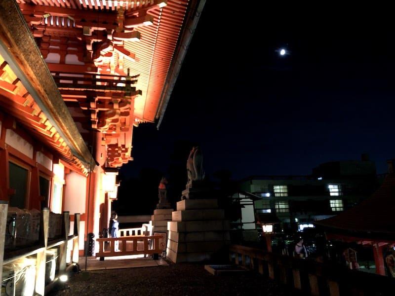 ライトアップされた伏見稲荷大社の楼門を横から撮影