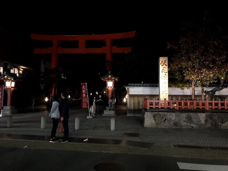伏見稲荷大社の前でキスするカップル
