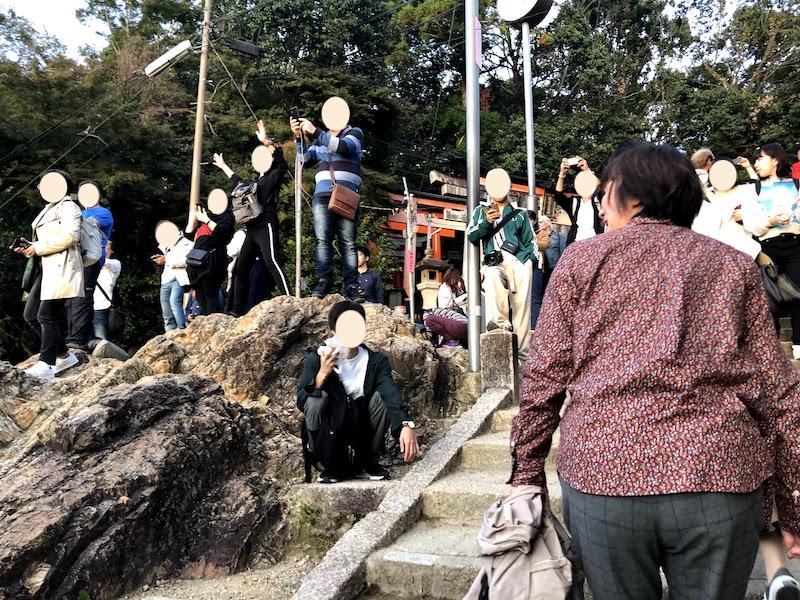 伏見稲荷大社の千本鳥居で盛り上がる人々