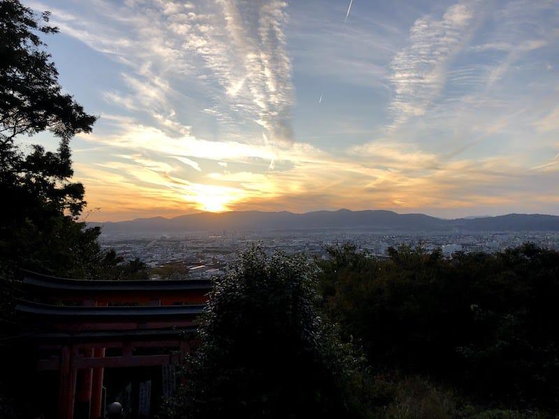 伏見稲荷大社の千本鳥居から見える京都の夕日が美しい