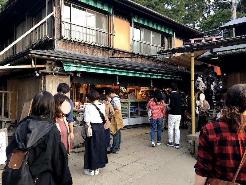 伏見稲荷大社の千本鳥居で、中腹と知ってがっかりする観光客