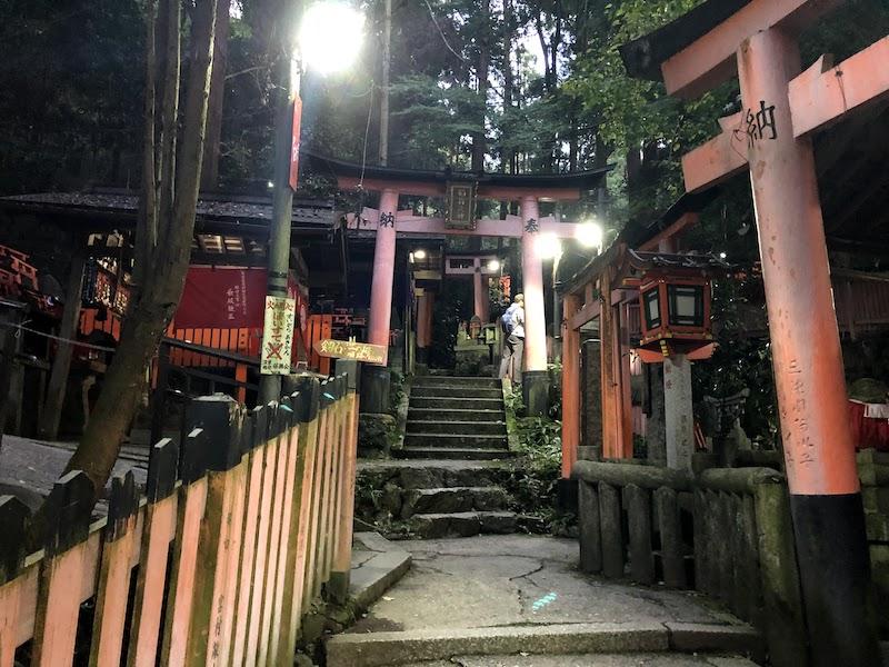 伏見稲荷大社の千本鳥居の山頂付近。小さな神社が集まっている