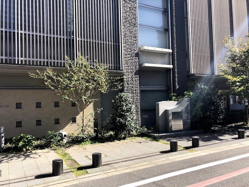 本能寺跡を道路の反対側から撮影