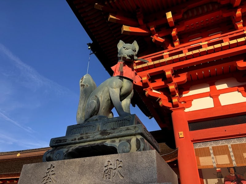 伏見稲荷大社の楼門を守護する狐
