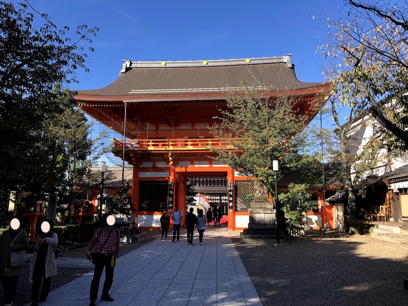八坂神社の正門をくぐったところ