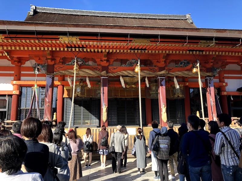 八坂神社の本殿の人手