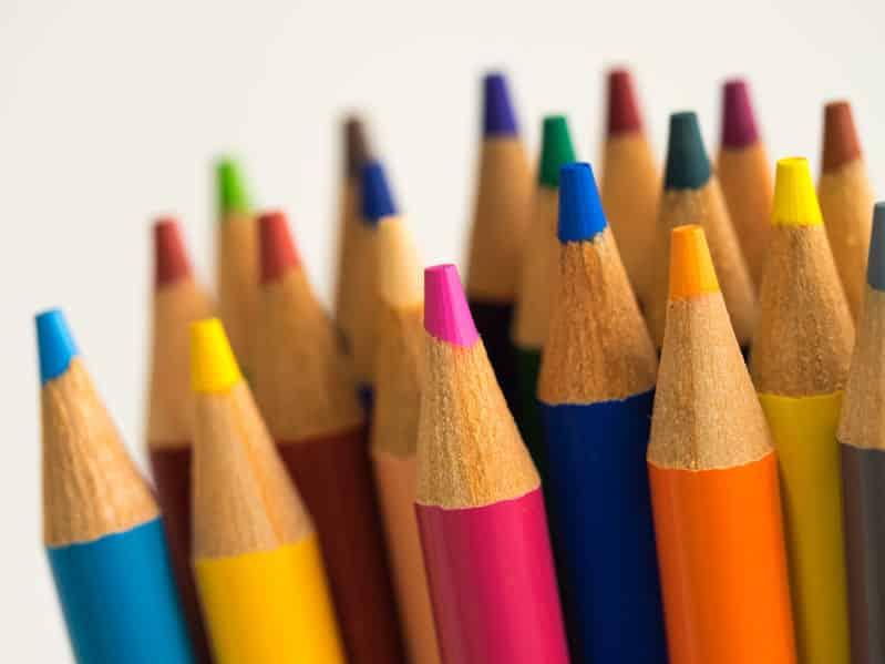 鉛筆は六角形なのに、色鉛筆が丸いのはなぜ?という雑学