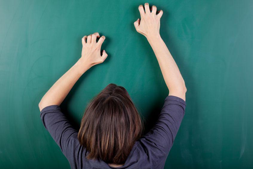 黒板を爪でひっかく音はなぜ不快なのか?という雑学